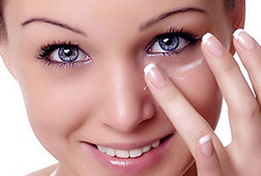 Cách dùng dầu trị thâm mắt